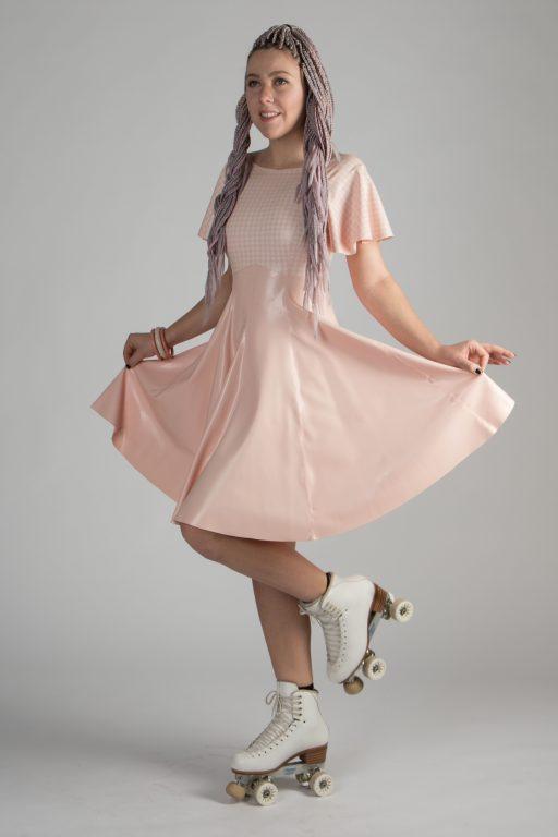Babypink Kleid knielang, Kreisrock, enges babypinktop mit weißem Houndstooth-Muster