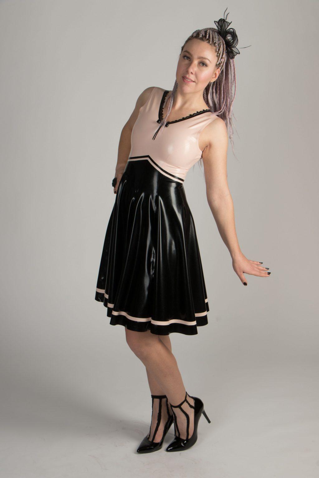 Knielanges zweifarbiges Latexkleid (0,35mm) : mit schwarzem Kreisrock und,engem Babypink-Top mit Spitze +Schleife